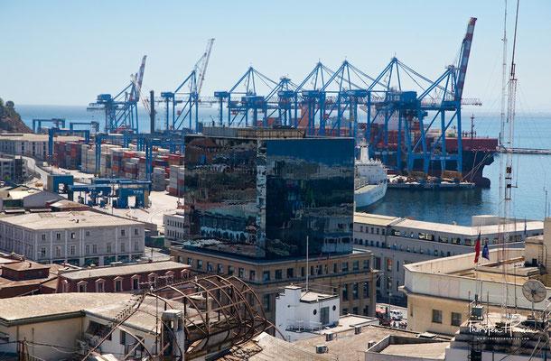 Valparaíso liegt an einer nach Norden offenen Bucht des Pazifischen Ozeans. Der Hafen ist einer der bedeutendsten des Landes