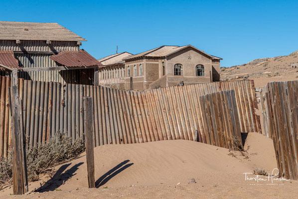 Nur etwa 15 km östlich der Hafenstadt Lüderitz gelegen, war Kolmannskuppe im Jahr 1908 ursprünglich ein kleiner Bahnhof bei der Kolmannskuppe an der im Bau befindlichen Lüderitz-Eisenbahn von Lüderitz nach Keetmannshoop.