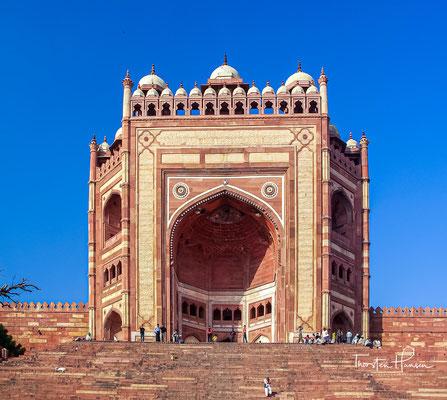 In Fatehpur Sikri (Hindi: फ़तेहपुर सीकरी, Fatehpur Sikrī) befand sich Ende des 16. Jahrhunderts die ehemalige Hauptstadt des Mogulreiches.