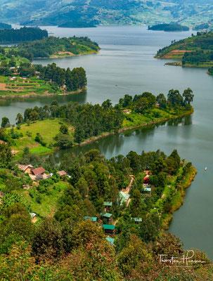 Er ist 25 Kilometer lang, sieben Kilometer breit und bedeckt eine Fläche von 6100 Hektar. Der See liegt 1950 Meter über dem Meeresspiegel und ist von Hügeln umgeben, welche von 2200 bis 2478 Meter reichen und stark kultiviert sind.