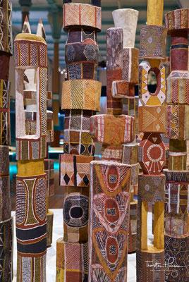 Pukumani Poles von den Tiwi Islands