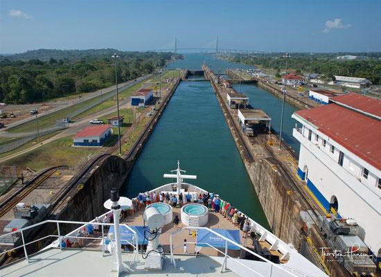 Die Gatún-Schleusen befinden sich auf der atlantischen Seite unmittelbar nach dem Zufahrtskanal, ....