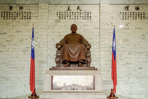 Eine bronzene Statue von Chiang Kai-shek befindet sich gegenüber dem Doppeltoren, der oft noch der Kotau entrichtet wurde. Chiang wird in sitzender Position lächelnd im traditionell-chinesischen Anzug dargestellt...