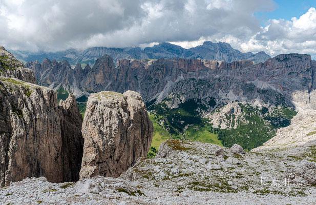Oben angekommen, stehen wir auf einem flachen Plaeteau aus Dolomitgestein auf 2.600 m Meereshöhe.