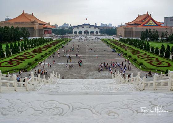 Das Monument ist von einem Park umgeben und steht am Ostende eines von der Nationalen Theaterhalle und der Nationalen Konzerthalle flankierten Platzes.