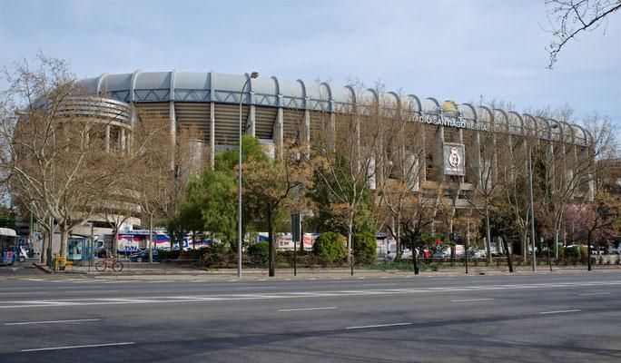 Das Estadio Santiago Bernabéu ist ein Fußballstadion im Stadtbezirk Chamartín der spanischen Hauptstadt Madrid. Es ist im Besitz des Fußballvereins Real Madrid und nach dem langjährigen Präsidenten Santiago Bernabéu (1895–1978) benannt.