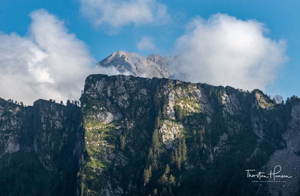 Von der Schutzhütte aus genießt man vor allem bei Sonnenuntergang eine beeindruckende Aussicht auf die Gipfel des Monte Pelf und in die Schiara-Gruppe.