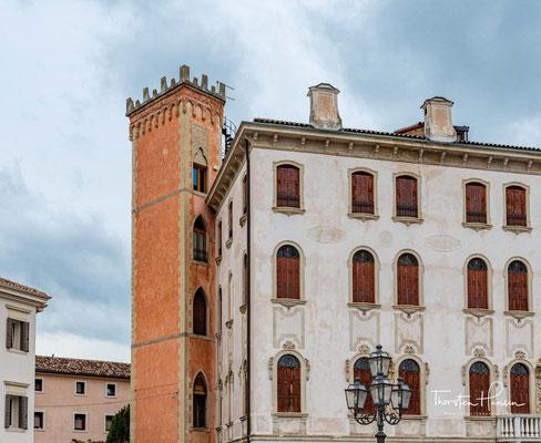 Die Stadt Pieve di Soligo hat einige bemerkenswerte Bauwerke zu bieten: die Villa Chisini-Daniotti aus dem 17. Jahrhundert, die Herrenhäuser Ciassi und Morona aus der gleichen Epoche mit der Barockkirche, die der Madonna del Carmine geweiht ist