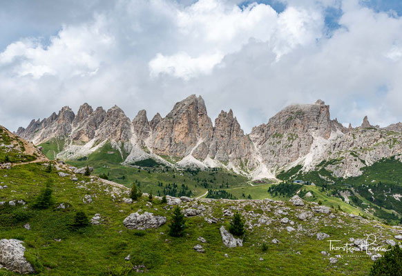 Der Piz Pisciadù bildet zusammen mit anderen Bergriesen der Sellagruppe, wie dem Dënt de Mezdì (2.881 m ü.d.M.), dem Sas de Mezdì (2.978 m ü.d.M.), ...