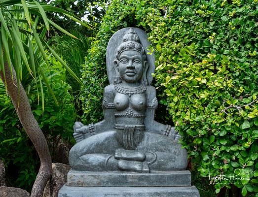 Die Lage der Tempel direkt über dem Meer stellt ferner eine Beziehung zur indonesischen göttlichen Königin Nyai Loro Kidul her.