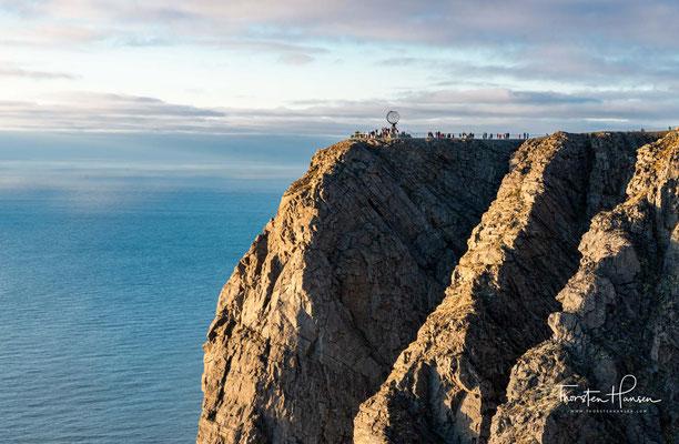 Blick von Südwesten auf die Aussichtsplattform auf dem Nordkapplateau