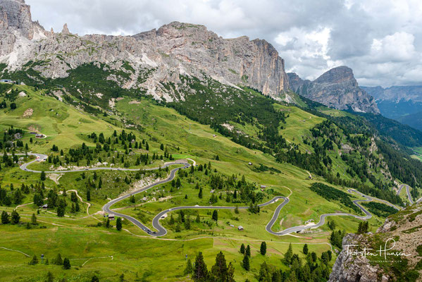 Blick hinab zu den Kehren der Grödner-Joch-Straße. Das Grödner Joch (Gadertal-ladinisch Ju de Frara, Gröden-ladinisch Jëuf de Frea; italienisch Passo Gardena) ist ein 2121 m hoher Gebirgspass