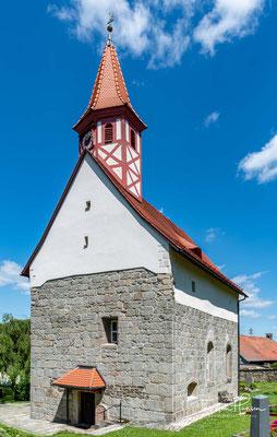 Die Kirche St. Ulrich in Wilchenreuth. Die Kirche vertritt einen in der Oberpfalz vertretenen romanischen Typus: Saalkirche mit halbkreisförmiger Ostapsis, Westempore und profanem Obergeschoss.