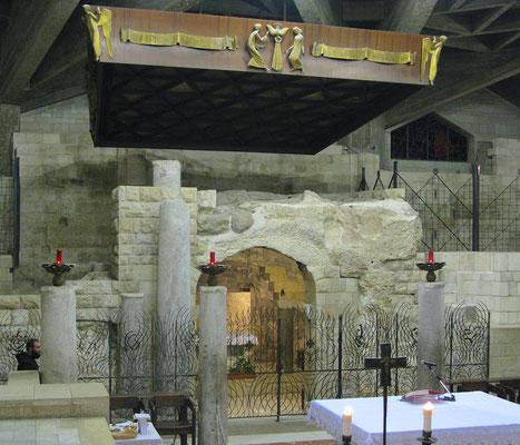 Die Verkündigungsgrotte in der Unterkirche zeigt eine alte Höhlenwohnung.