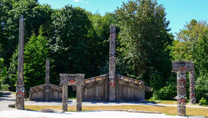 Wappenpfähle und Langhäuser der Haida im Museum of Anthropology in der Nähe von Vancouver