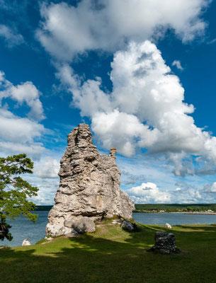 Gotlands höchster Rauk, die 27 Meter hohe Jungfrun am Strand von Lickershamn