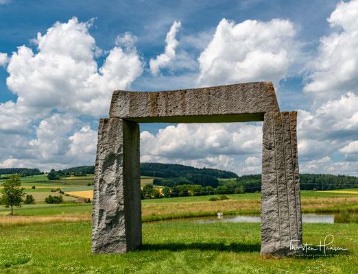 Das ca. 6 Meter hohes Megalith Tor aus 3 Granit Blöcken steht bei der Ortschaft Kulz. Ein Fernsehfilm sollte zeigen wie das größte steinzeitliche Denkmal in Europa England vor über 4500 Jahren entstand.