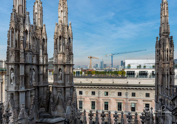 Die Fremden wurden bald gänzlich von Lombarden verdrängt, dennoch blieb der Bau unter dem Einfluss der französischen und deutschen Gotik.
