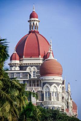 Das Taj Mahal Palace ist ein Luxushotel und wurde am 16. Dezember 1903 im Auftrag des parsischen Industriellen Jamshedji Tata, einem der einflussreichsten Unternehmer seiner Zeit, eröffnet.