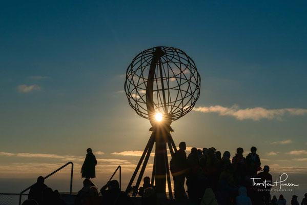 Die Achse des Globus ist parallel zur Erdachse ausgerichtet. Das bedeutet, dass seine Breitenkreise parallel zu den Breitenkreisen der Erde liegen und der höchste Punkt des Modells dessen Standort auf der Erde entspricht.