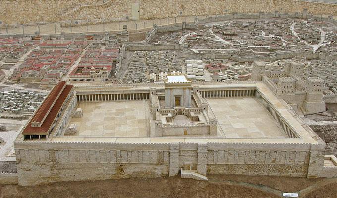 So hat zur Zeit Jesu der Tempelberg vom Ölberg aus ausgesehen. die Mauer im Vordergrund steht noch heute. ungefähr an der Stelle des Tempels steht heute der Felsendom