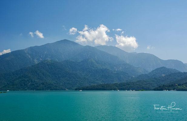 Der Sonne-Mond-See (chinesisch 日月潭, Pinyin Rìyuètán, W.-G. Jih-yüeh T'an, Pe̍h-ōe-jī Ji̍t-goa̍t-thâm) ist mit 7,5 – 8 Quadratkilometern das größte Binnengewässer auf Taiwan.