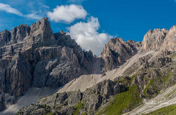 Vom tiefer gelegenen Kreuchzjoch, führt ein Schotter Serpentinenweg knapp 400m hinauf zur 2617m hohen Roa-Scharte.