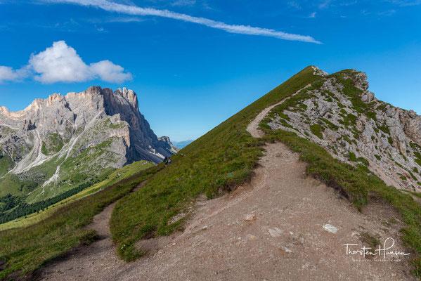 Der leichte Aufstieg wir belohnt mit einem wundervollen Panoramablick über die Puez-Gruppe, zur Roa-Scharte und zur Geislergruppe