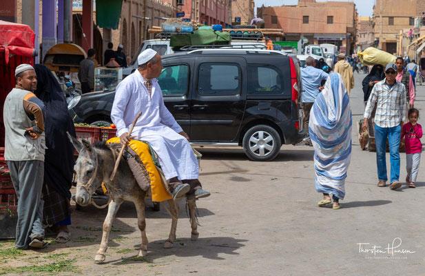 Rissani liegt in der Oasenlandschaft des Tafilalet am – hier nur noch selten wasserführenden – Oued Ziz in einer Höhe von ca. 750