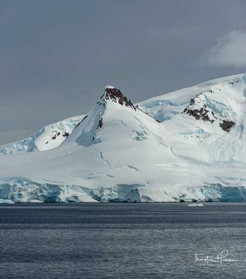 Als ozeanografische Grenze gilt die antarktische Konvergenz bei etwa 50° südlicher Breite, wo das kalte antarktische unter das wärmere subtropische Oberflächenwasser absinkt.