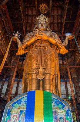 Die 26 Meter hohe Statue der Göttin Janraisig (Sanskrit: Avalokiteshvara), für die das Kloster berühmt ist.