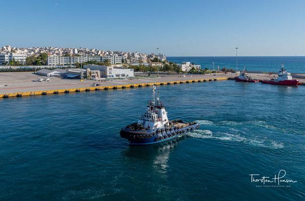 Um diese Investitionen für den Kriegsfall zu schützen, wurden beide Städte mit zwei 7½ Kilometer langen Mauern verbunden, die auch im Kriegsfall den Zugang zum Meer sicherten.