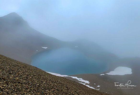 Der Junssee in den Tuxer Alpen auf rund 2.700 m Höhe ist so kalt, dass es sein kann, dass selbst in den Sommermonaten noch die Eisschollen auf ihm schwimmen.