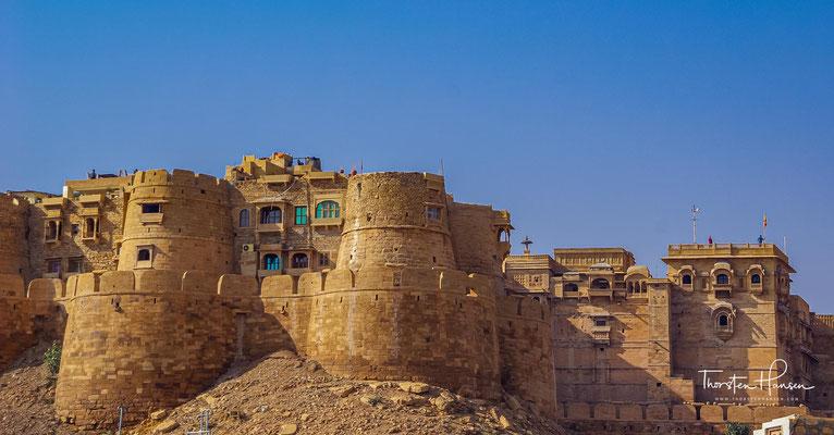 Dieses kriegserprobte Fort ist stummer Zeuge einer kriegerischen Vergangenheit und erinnert an die Zeit der Bhatti-Rajputen und an ihre geistige Haltung als Ehrenmänner, die Tapferkeit über alles stellten.