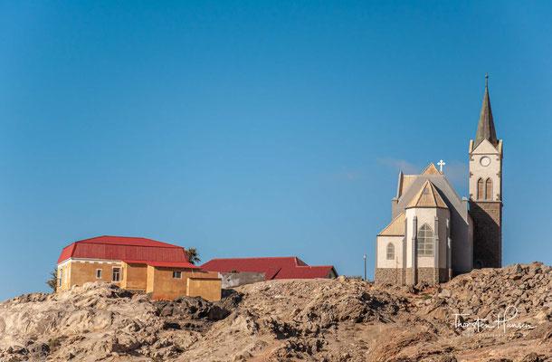 Er erwarb das wertlose Land weil er hoffte, hier Bodenschätze zu finden. Der Kauf ging als Meilenschwindel in die Geschichte ein, weil der Unterhändler von Lüderitz, sein Mitarbeiter Heinrich Vogelsang,..