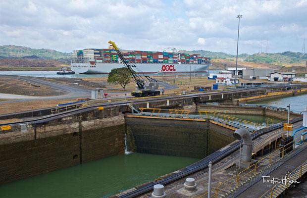 Die Autoridad del Canal de Panamá (ACP) hat für den Schiffsverkehr 291 Lotsen und 36 Schlepper zur Verfügung, während in den Schleusen 100 Lokomotiven im Einsatz sind