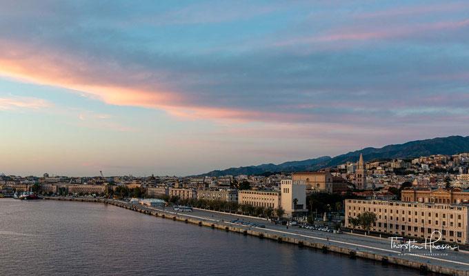 Messina liegt an der nordöstlichen Spitze Siziliens an der Straße von Messina. Die Entfernung zum italienischen Festland beträgt an der schmalsten Stelle nur 3 Kilometer.