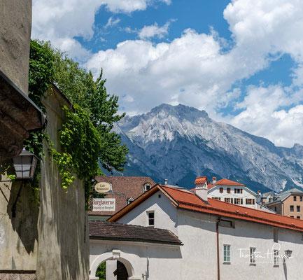 """Der Name geht auf das mittelhochdeutsche """"hal"""" zurück, wie Salzquellen oder Salzwerke damals bezeichnet wurden. Bereits in einer Urkunde aus dem Jahre 1316 findet sich der Name """"Hall im Inntal"""""""