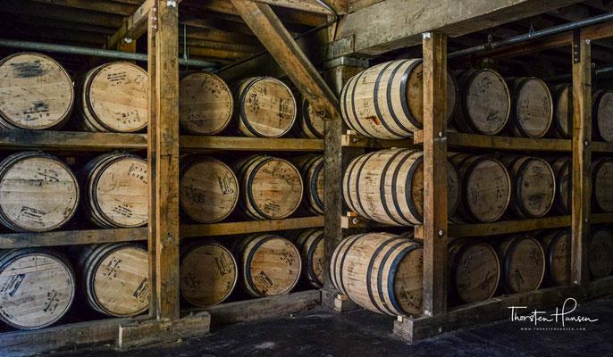 um einen Tennessee Whiskey herzustellen. Mehrere andere Hersteller von Bourbon filtern ebenso durch Holzkohle.