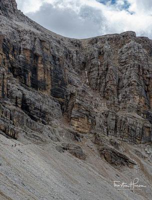 Auch wenn die Felswand der Nives-Scharte fast senkrecht aufzusteigen scheint, ist dieser Weg als leichter Klettersteig der Kategorie A/B klassifiziert worden