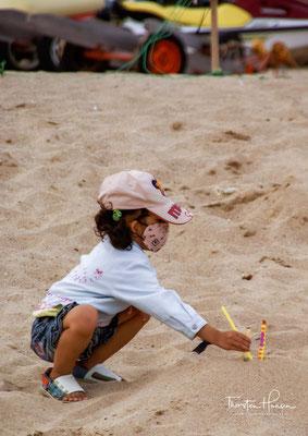 Der Strand ist beliebt aufgrund seines weißen Sandstrands. Er ist 600 m lang und erstreckt sich auf der Ostseite der Bucht. Die Bucht selbst wird noch zusätzlich durch kleiner Felsen, beziehungsweise Eilande begrenzt