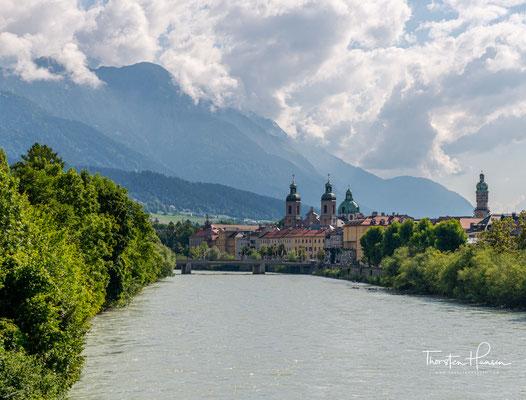 Innsbruck ist die Hauptstadt des Bundeslandes Tirol im Westen Österreichs. Ihr Name verweist auf die Brücke über den Inn.