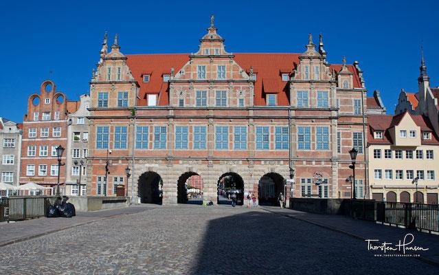 Das Grüne Tor (polnisch Brama Zielona) ist ein Stadttor in Danzig zwischen dem Langen Markt (Długi Targ), dessen östlichen Abschluss es bildet, und der Mottlau (Motława).