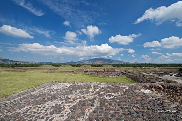"""Die Sonnenpyramide und die """"Straße der Toten"""" in Teotihuacán"""