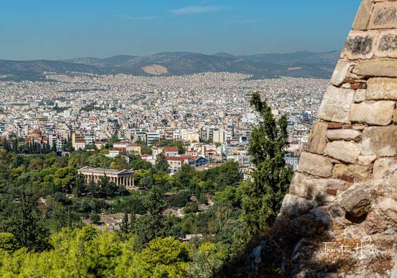 Kaiser Augustus ließ zwischen 19 und 11 v. Chr. die Römische Agora östlich der antiken Agora erbauen. Während der Herrschaft Hadrians, eines ausgesprochenen Philhellenen, wurde die Anlage erweitert.