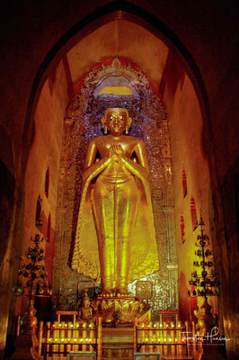 Konkret wurde Anawratha durch einen Mon-Mönch für den Buddhismus gewonnen und vertrieb 1056 die Priester des einheimischen Schlangenkultes aus der Hauptstadt.
