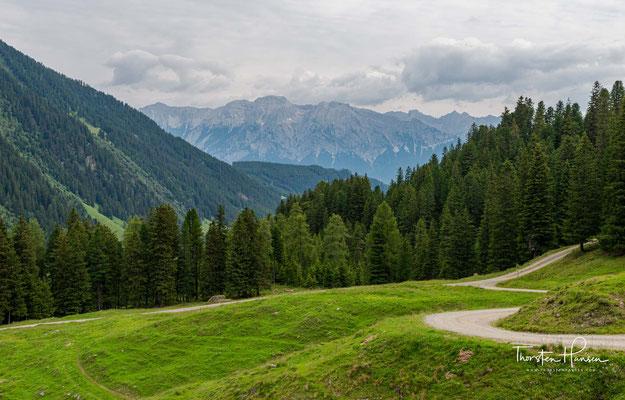 Seine Bergwelt ist einzigartig: Mehr als 500 Gipfel überschreiten die 3.000-Meter-Grenze, über 600 verschiedene Gletscher bedecken die hochgelegenen Berglandschaften am Alpenhauptkamm