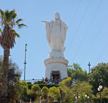 Auf dem Gipfel befinden sich eine Kirche, ein Amphitheater und eine 22 m hohe Statue der Jungfrau Maria. Papst Johannes Paul II. hielt dort 1987 eine Messe.