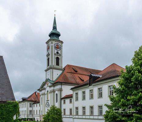 Die Abtei liegt im Isartal südlich von München und gehört zur Bayerischen Benediktinerkongregation.