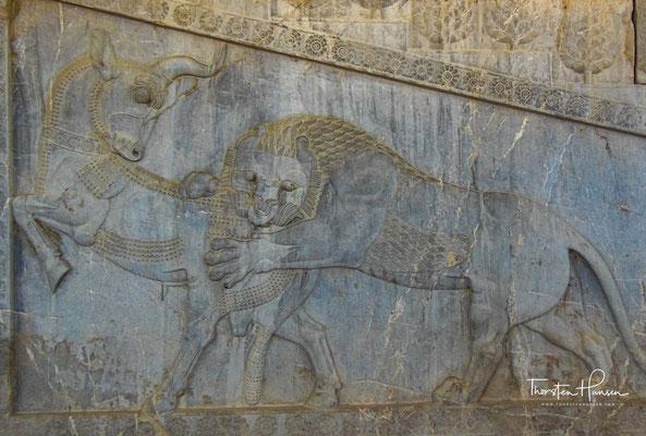 Solche schön herausgearbeiteten Tierreliefs suchen auf der Welt ihres gleichen. Das Relief ist spiegelbildlich recht und links im Triptychon des Aufganges vorhanden und sind in dieser Schönheit einmalig.